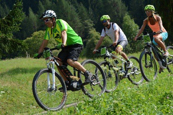 Estate in bicicletta: il giusto abbigliamento migliora la performance